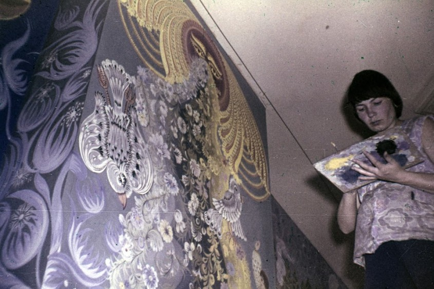 """Олена Скицюк під час створення розписів у """"Казці"""", 1979 р., фото з родинного архіву"""
